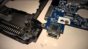 Saremontēta portatīvā datora lādēšanas ligzda