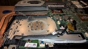 Netīrs portatīvā datora ventilators un radiators